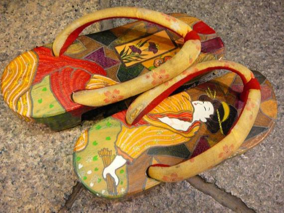 Walking to the Izakaya the Shizuoka Way: Geta/Japanese Clogs