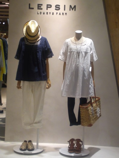 Japanese Ladies Fashion in Shizuoka 42: Slim Pants and Light Blouse Combinations for the Summer!