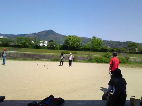Weird Japan (32) Petanque on the Kamogawa River Bank in Kyoto!
