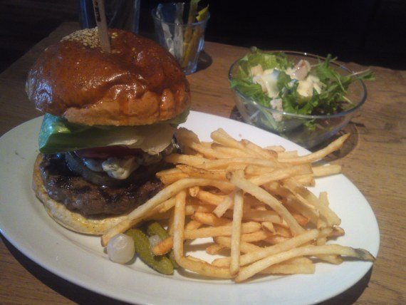 Blue Cheese and pineapple Hamburger Lunch at BLUE BOOKS cafe in Shizuoka City!