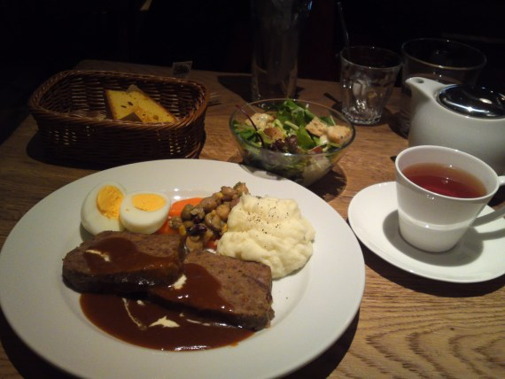 American Gastronomy: Meat Loaf with Mashed Potatoes and Demi-Glace Sauce Lunch at BLUE BOOKS cafe in Shizuoka City!