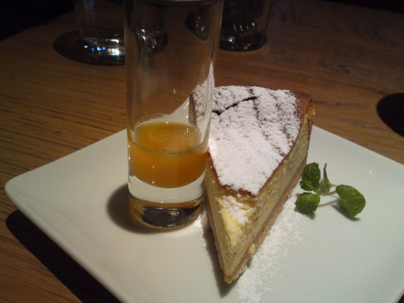 Dessert: New York Cheese Cake at BLUE BOOKS cafe in Shizuoka City!